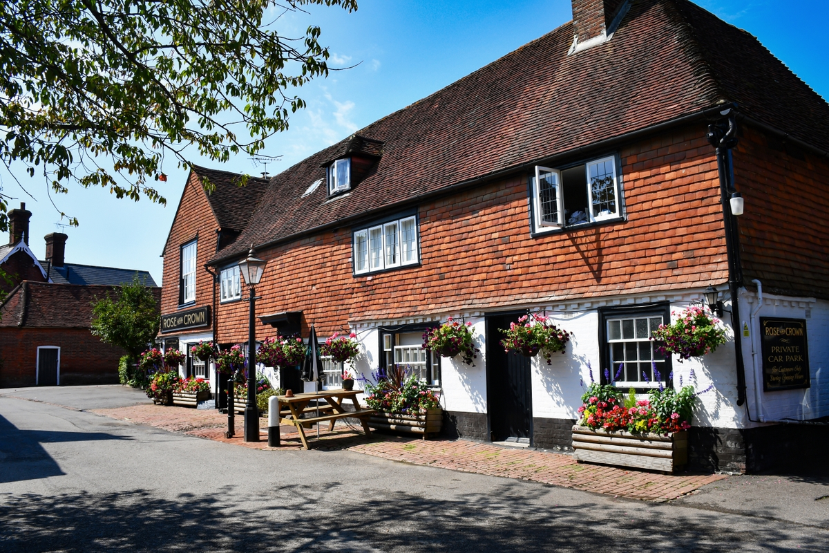 Rose and Crown Pub in Burwash © French Moments
